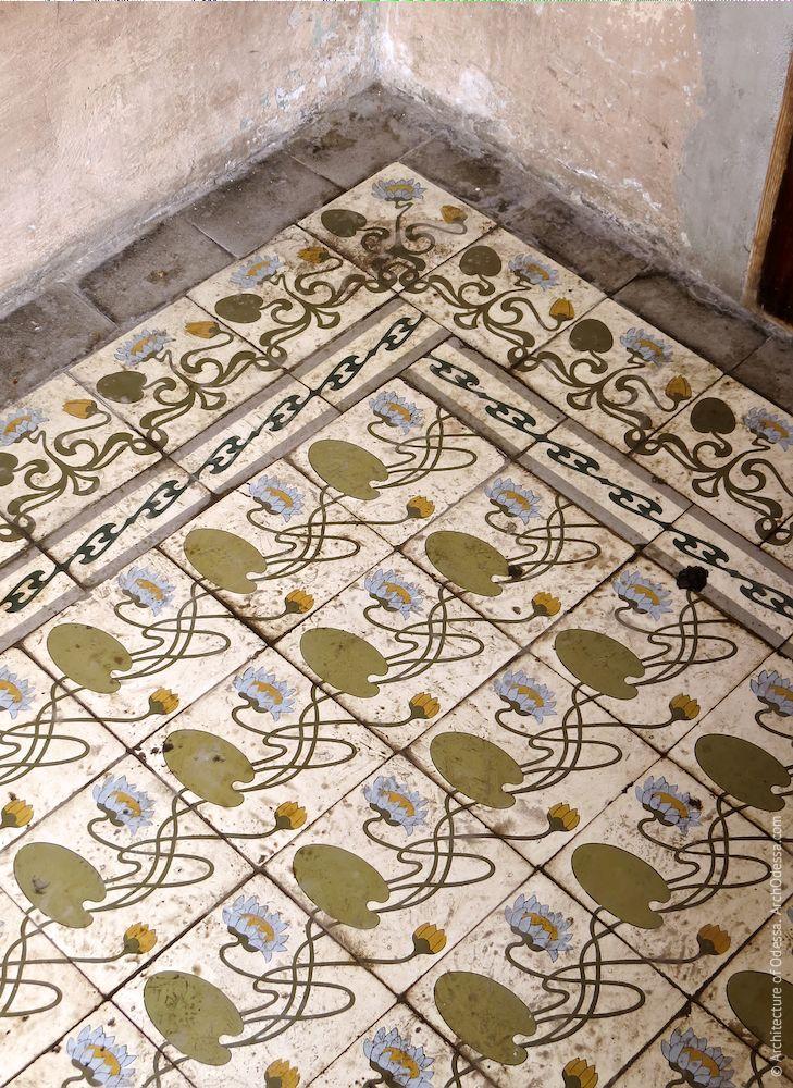 Выложенная плиткой площадка веранды, фрагмент
