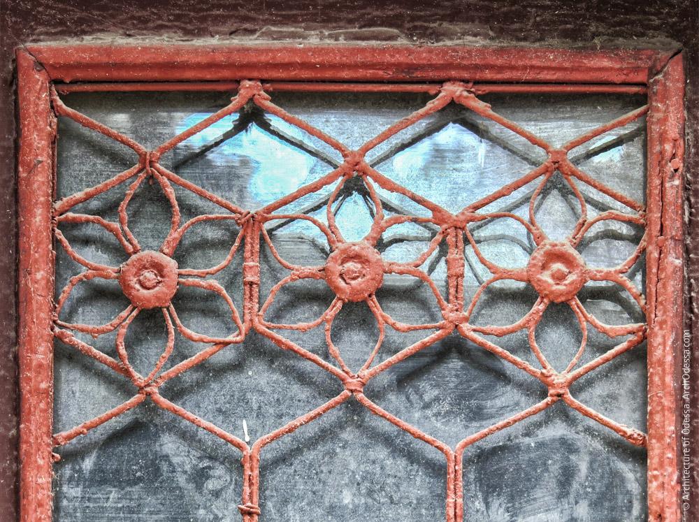 Правосторонний объем, одна из внешних дверей, фрагмент решетки в створке
