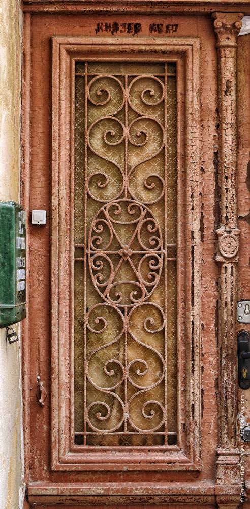 Дверь входа в лицевое крыло (левосторонний объем), решетка одной из створок