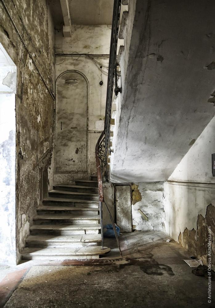 Вид лестницы с входной площадки