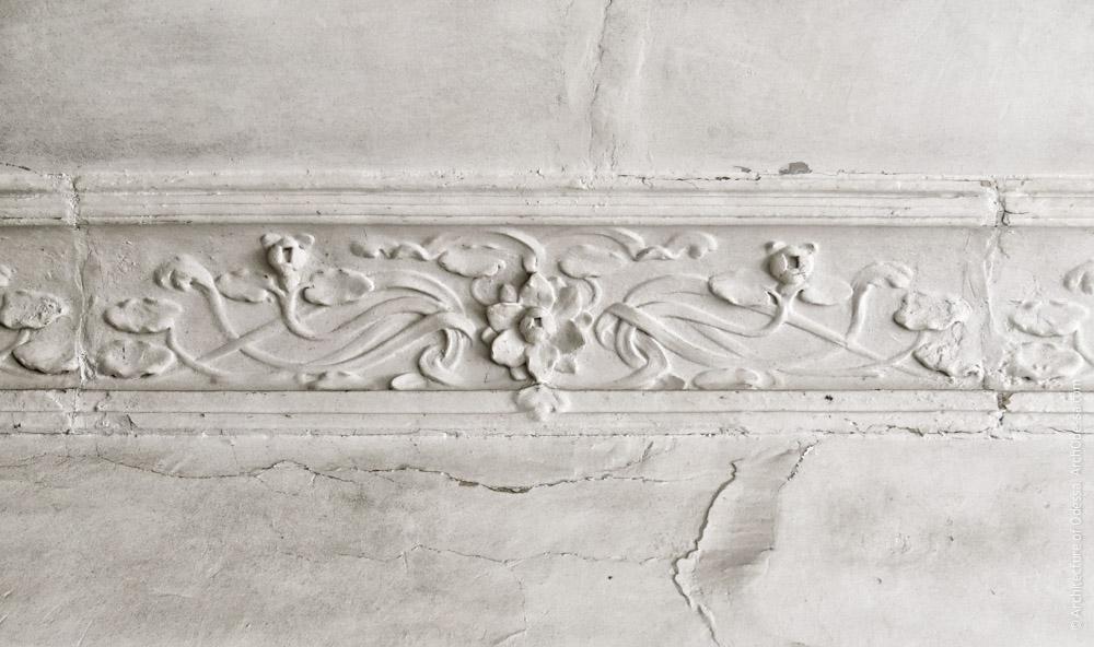 Потолок над лестничной клеткой, фрагмент лепного карниза