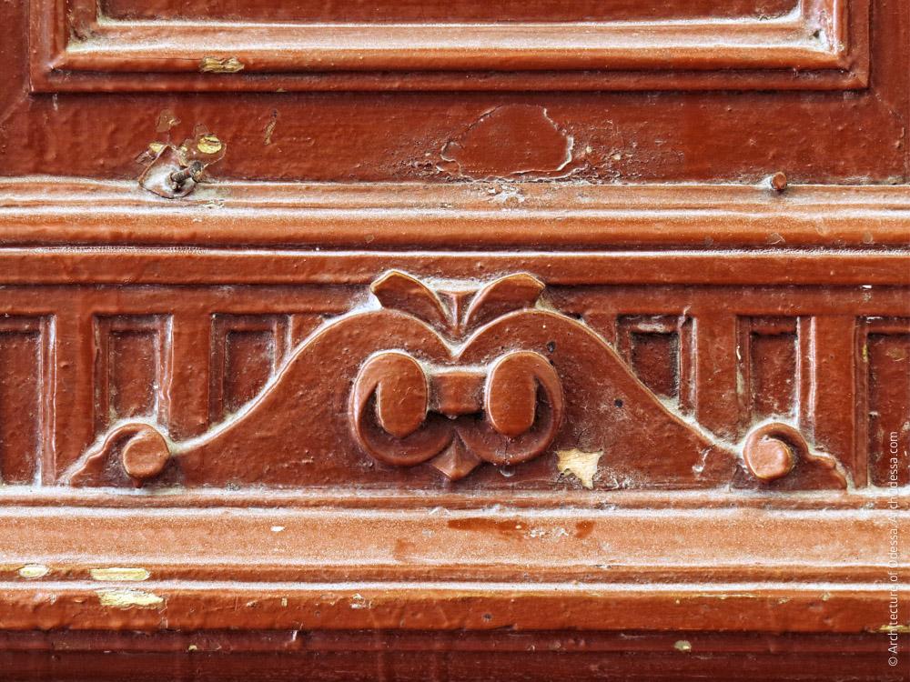 Квартирная дверь, нижняя часть створки, деталь