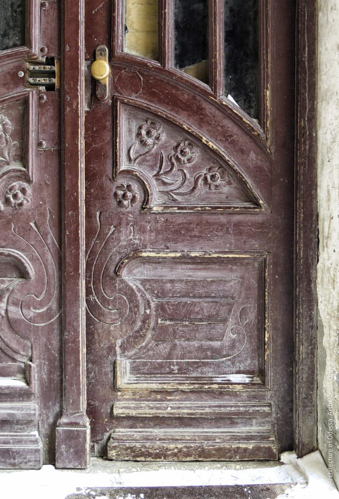 Дверь подъезда, нижняя часть правосторонней створки