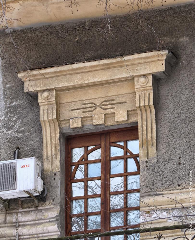 Один из сандриков основной фасадной плоскости