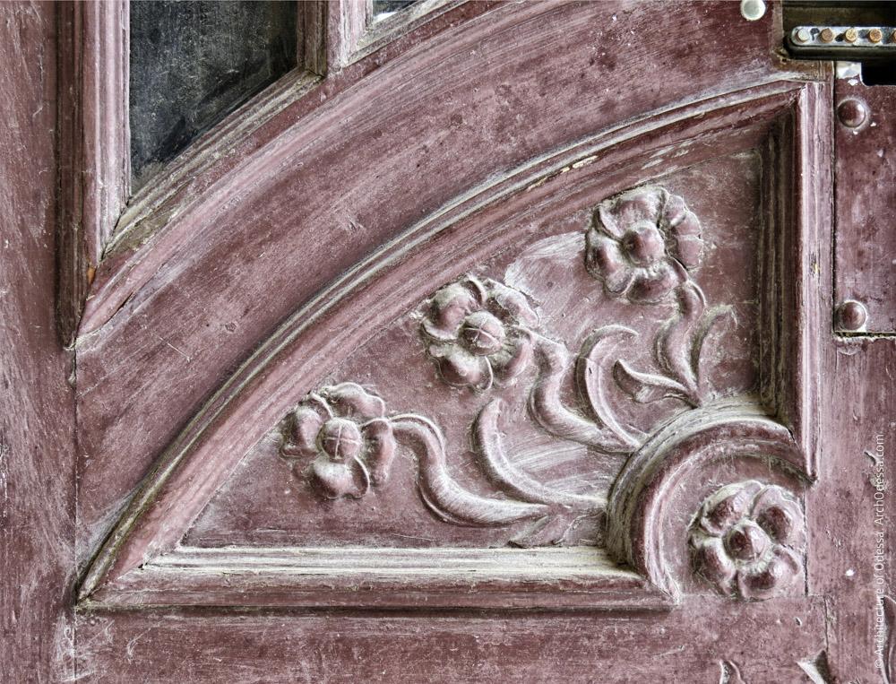 Дверь подъезда, нижняя часть левосторонней створки, филенка