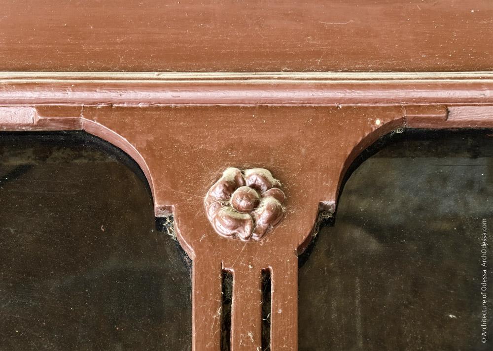 Дверь квартиры первого этажа, резная деталь