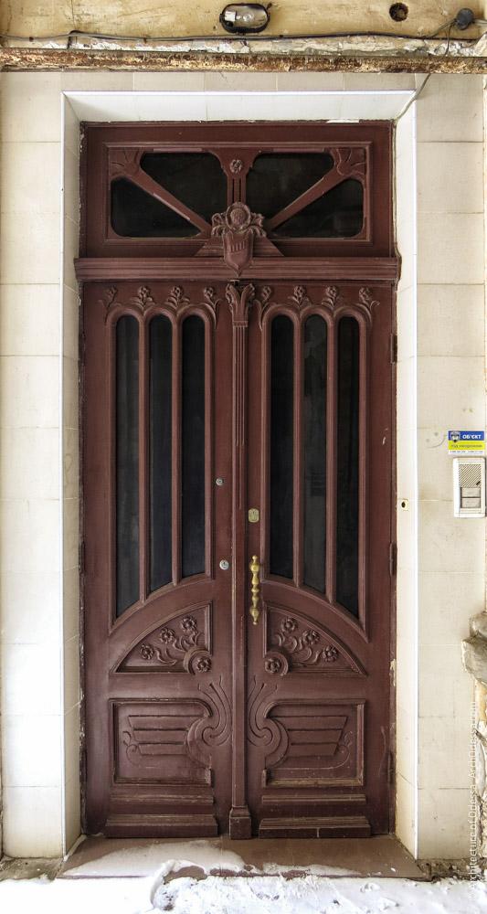 Дверь квартиры первого этажа, общий вид