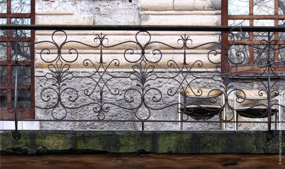 Новодельные ограждения, балкона, фрагмент