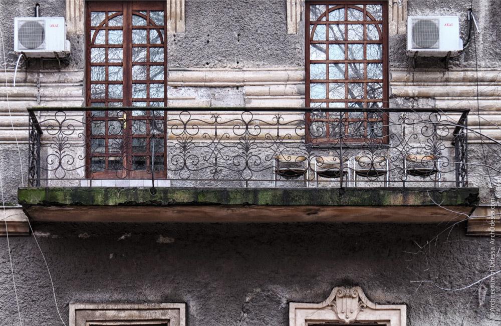 Балкон с новодельными ограждениями