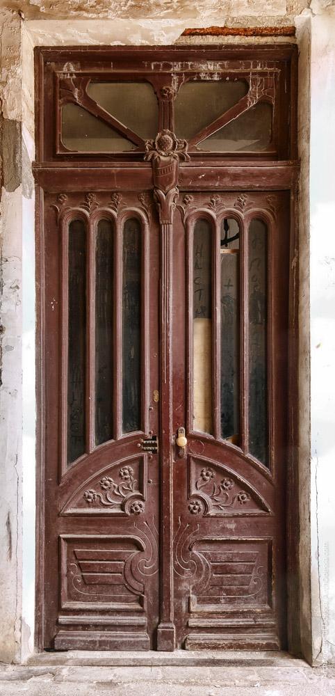 Дверь подъезда, общий вид