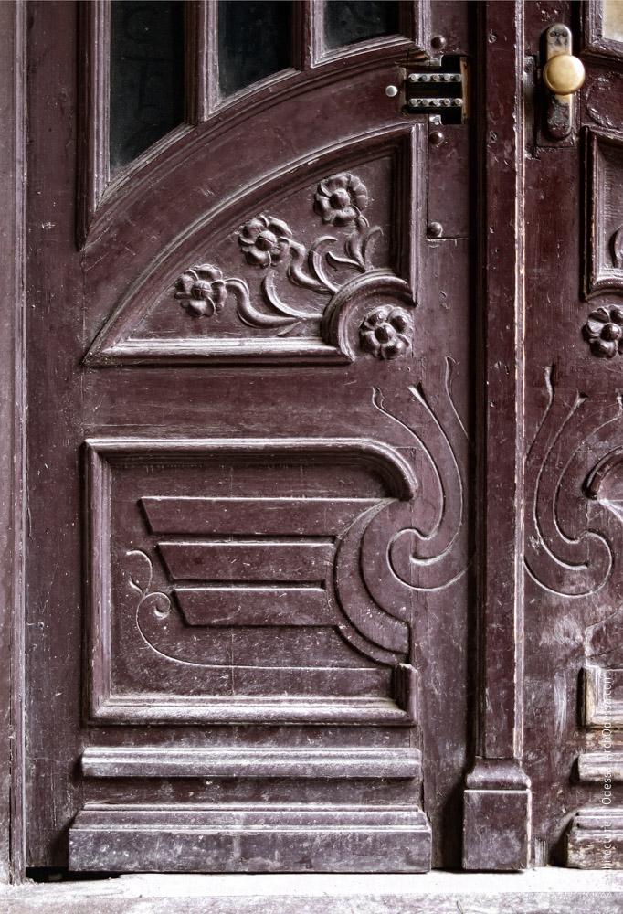 Дверь подъезда, нижняя часть левосторонней створки