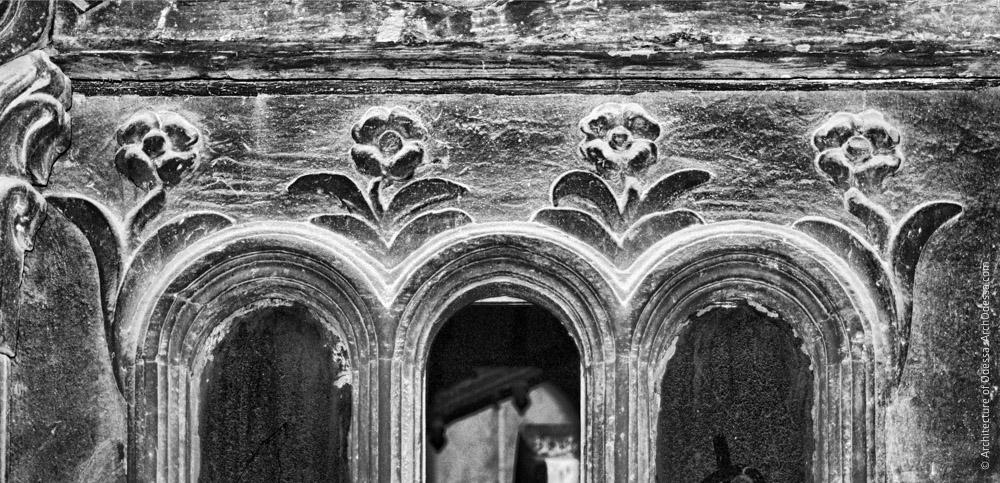 Дверь подъезда, резные детали