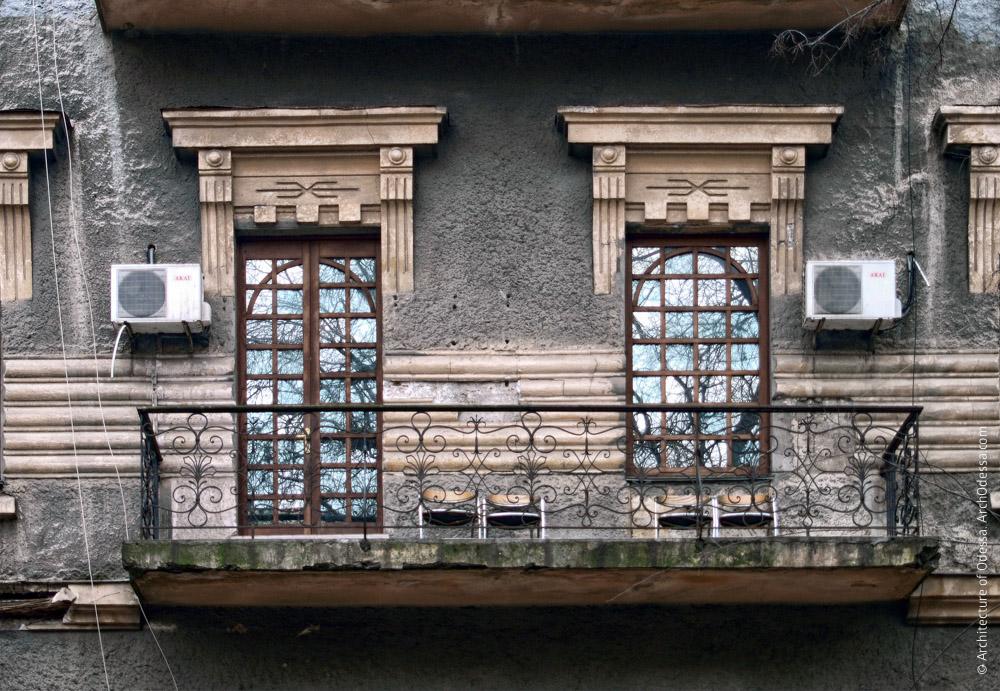 Окно, балконная дверь и их наличники с сандриками
