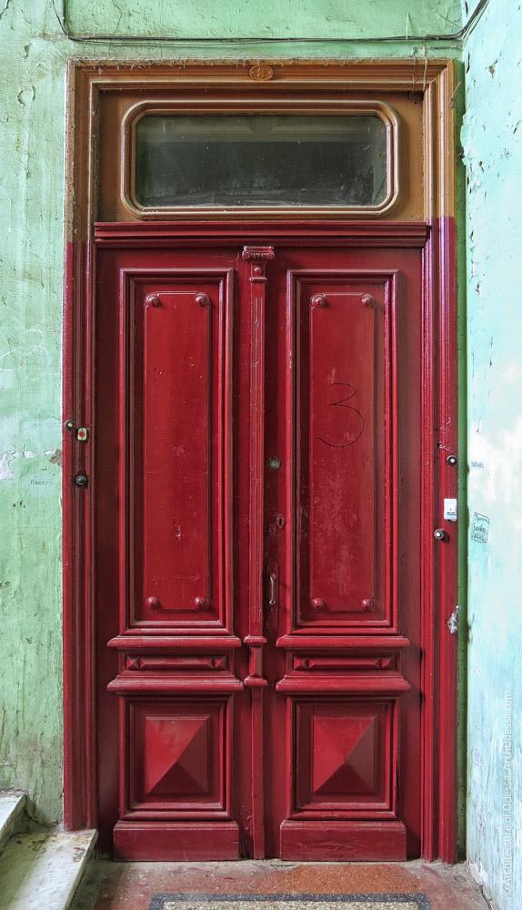 Одна из квартирных дверей