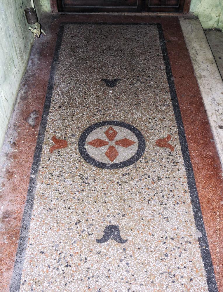 Орнаментированная бетоно-мозаичная площадка второго этажа