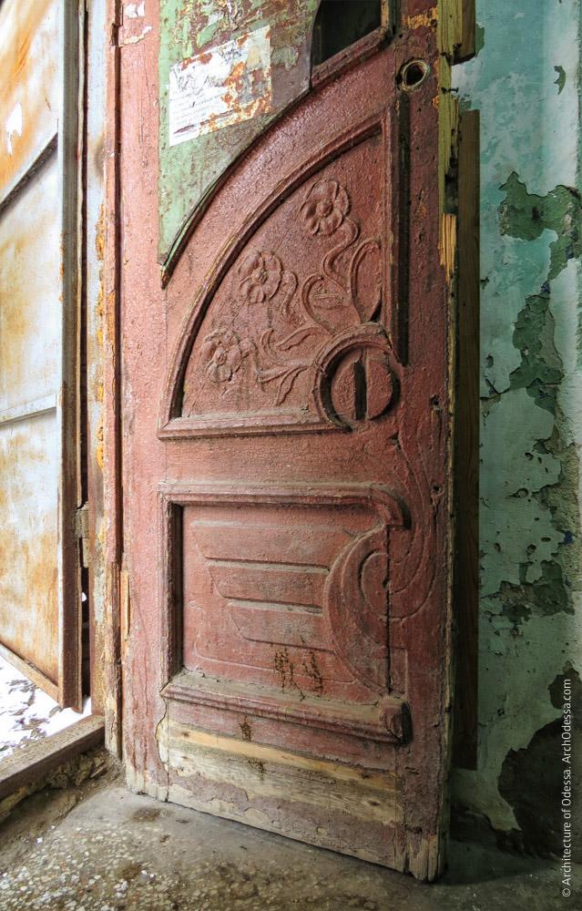 Двері під'їзду, нижня частина стулки, що збереглася