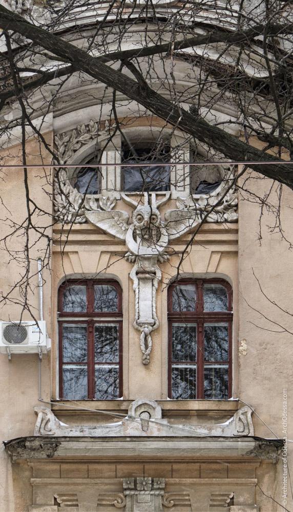 Окна третьего этажа и антрессолей с пальмовыми ветвями и совой