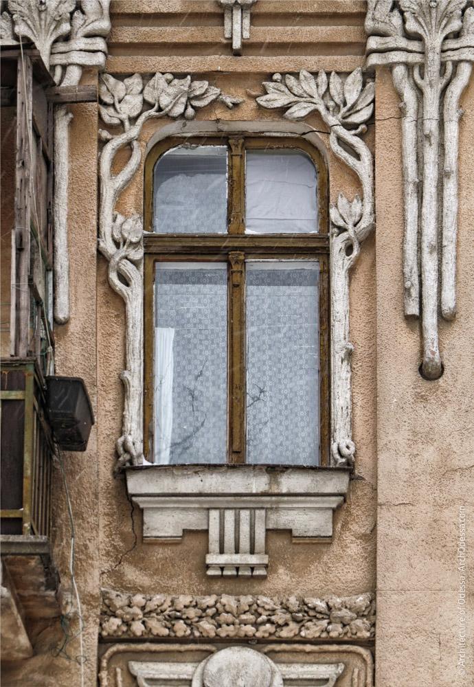 Одне з вікон, загальний вигляд обрамляючої композиції