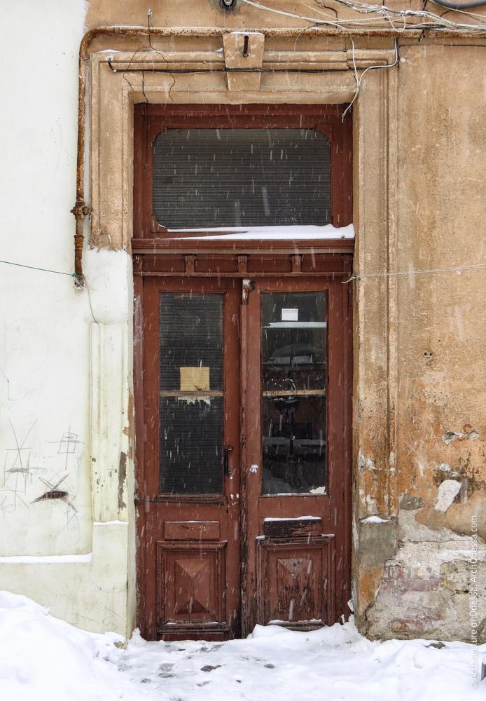 Дверь служебного флигеля