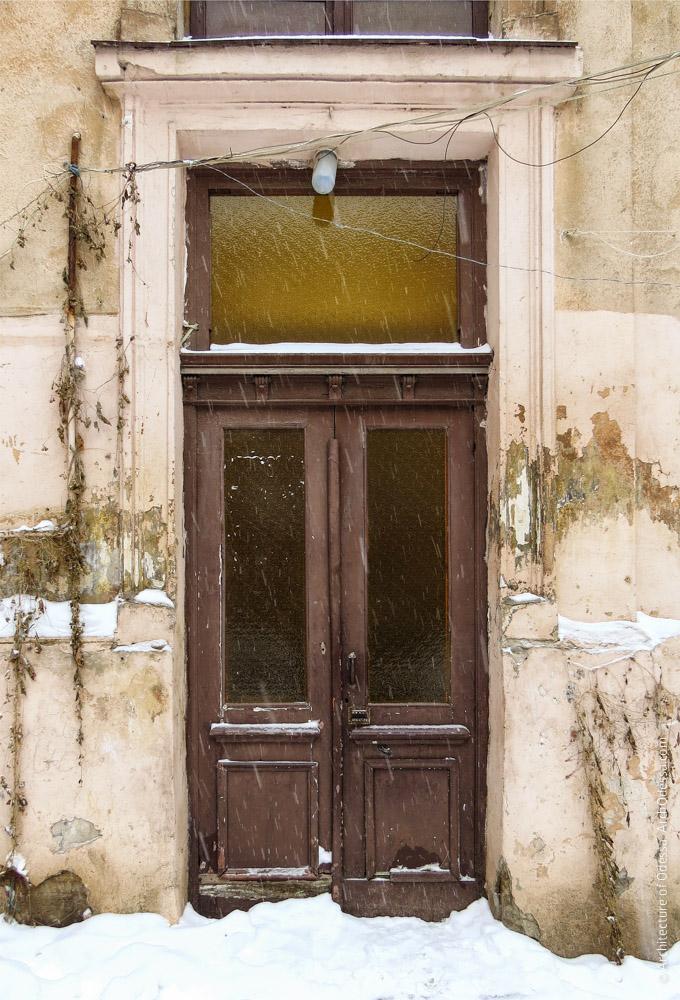 Двері під'їзду тильної частини дворового крила