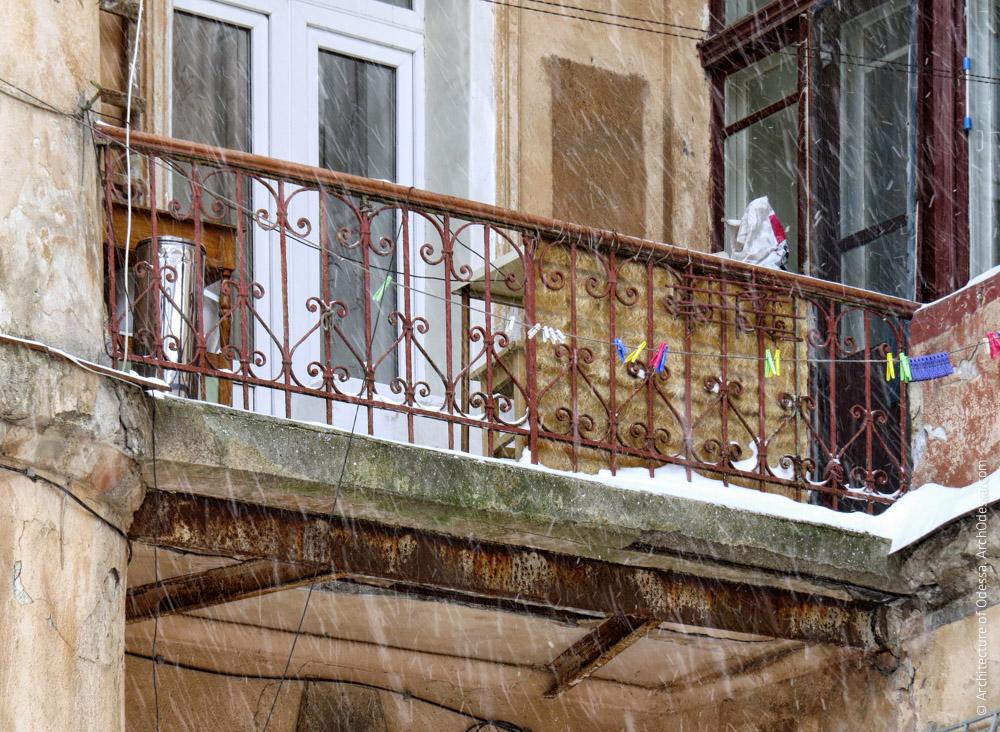 Один з балконів на межі бічної і тильної частин дворового крила