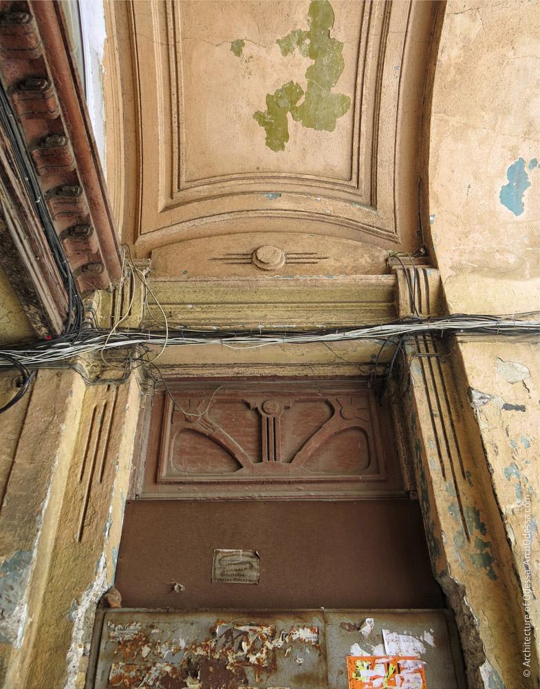 Фрамуга двері під'їзду і сандрик над нею
