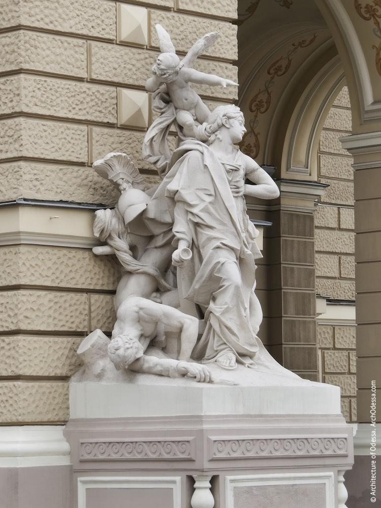 Левосторонняя скульптурная группа