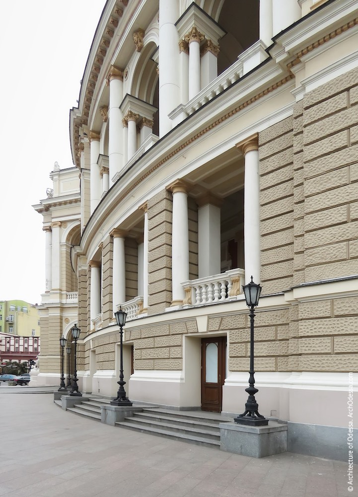 Вид скругленной части фасада со стороны Театрального сада
