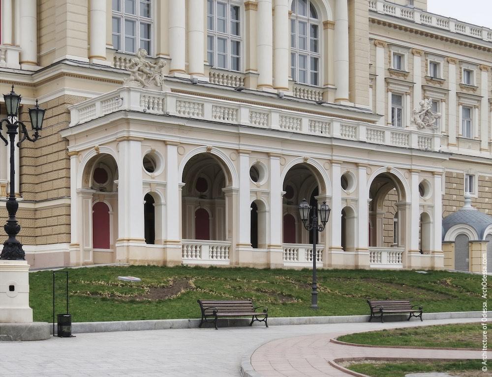 Портик со стороны Театрального сада, общий вид