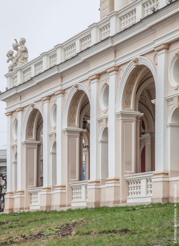 Основная фасадная плоскость (со стороны Театрального сада)