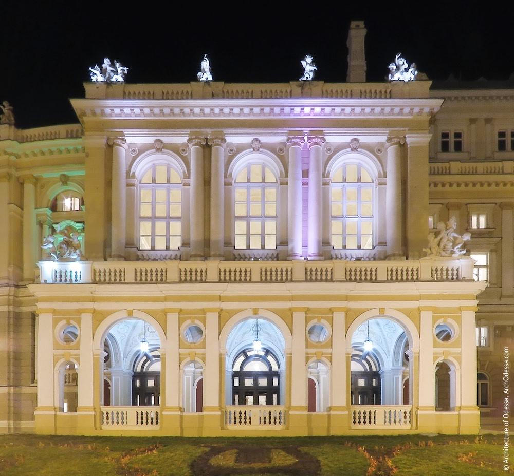 Общий вид ризалита со стороны Театрального сада ночью