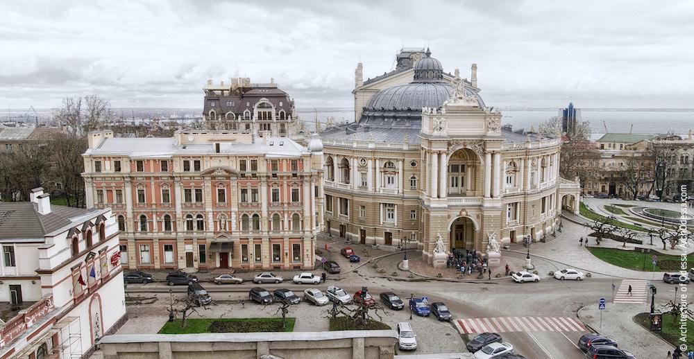 Вид театра и площади с крыши дома Новикова