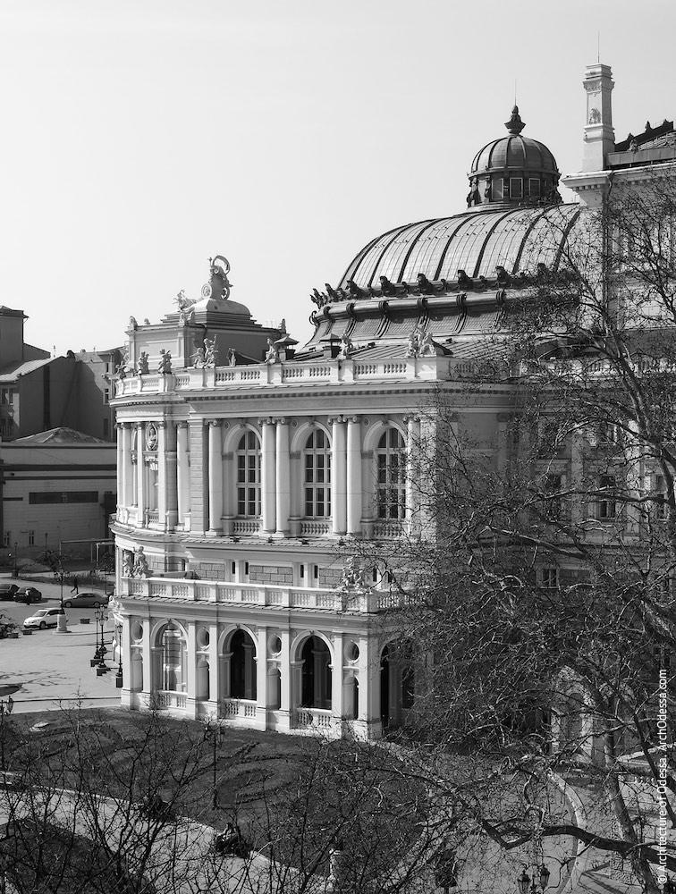Общий вид ризалита со стороны Театрального сада и купола театра