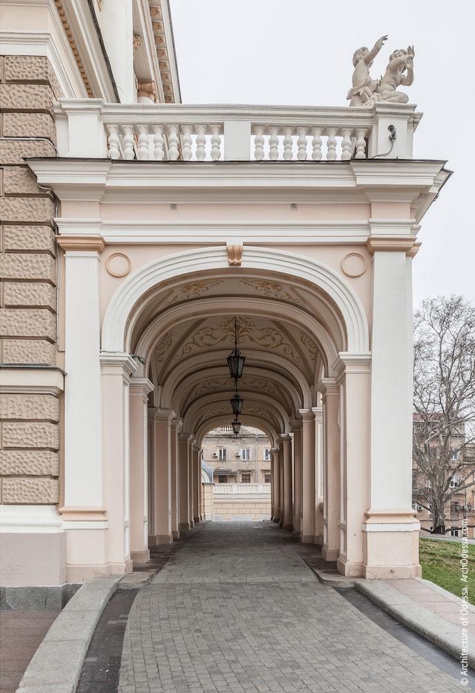 Портик со стороны Театрального сада, перспектива проезда
