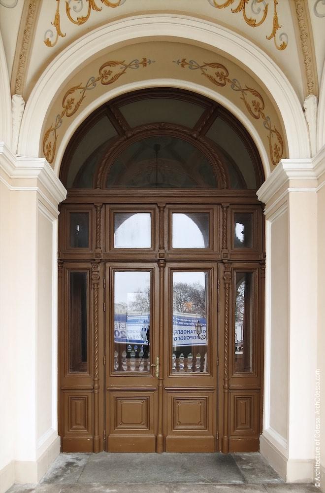 Одна из входных дверей