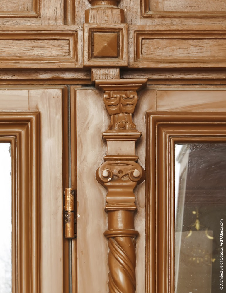Одна из входных дверей, резная деталь