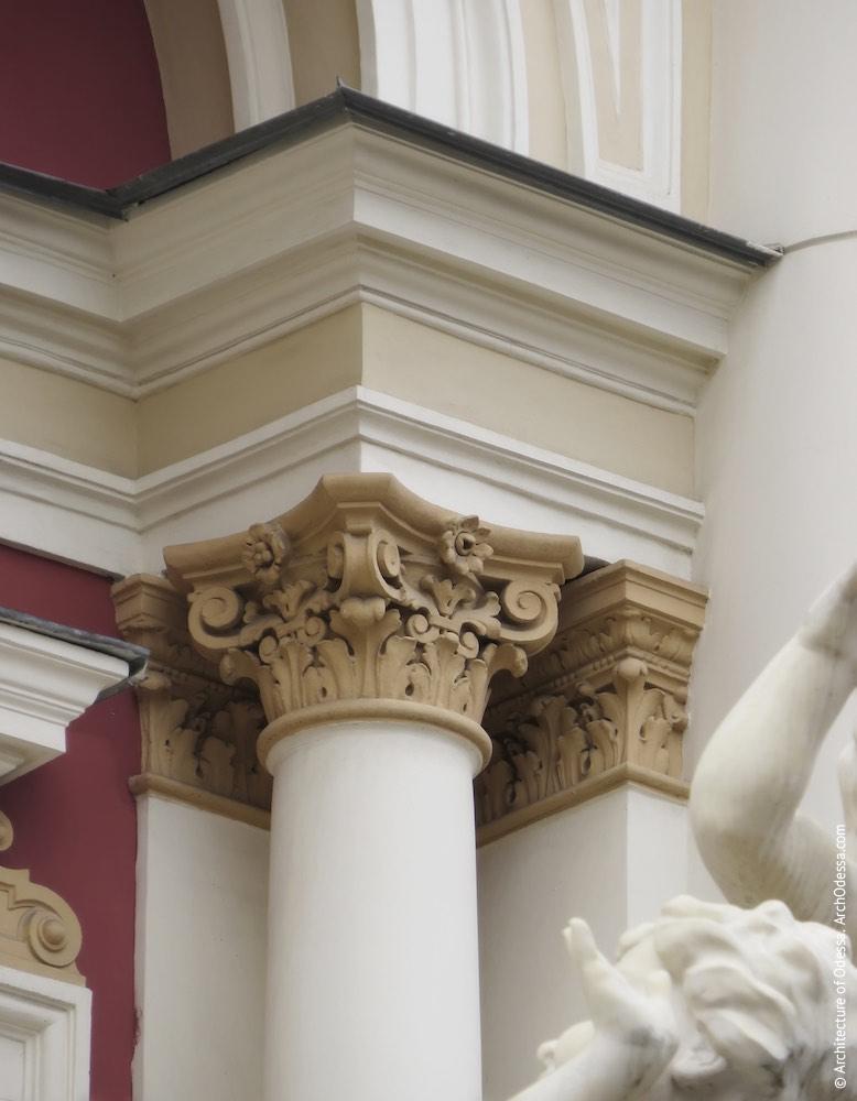 Одна из лоджий малой глубины, капитель одной из колонн, фланкирующих проем