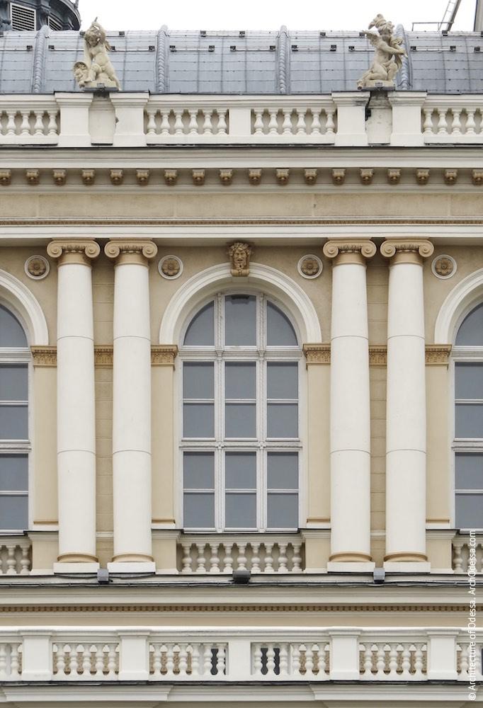 Центральное окно второго яруса ризалита парадной лестницы со стороны Театрального сада