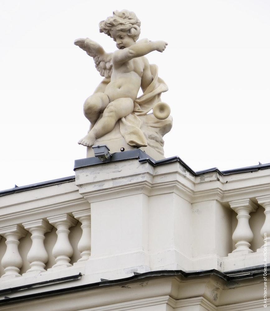 Одна из скульптурных групп, венчающих балюстраду над карнизом здания