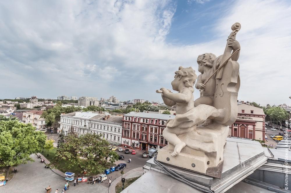 Одна из скульптурных групп, венчающих балюстраду над карнизом здания. Фото: Константин Тимошенко