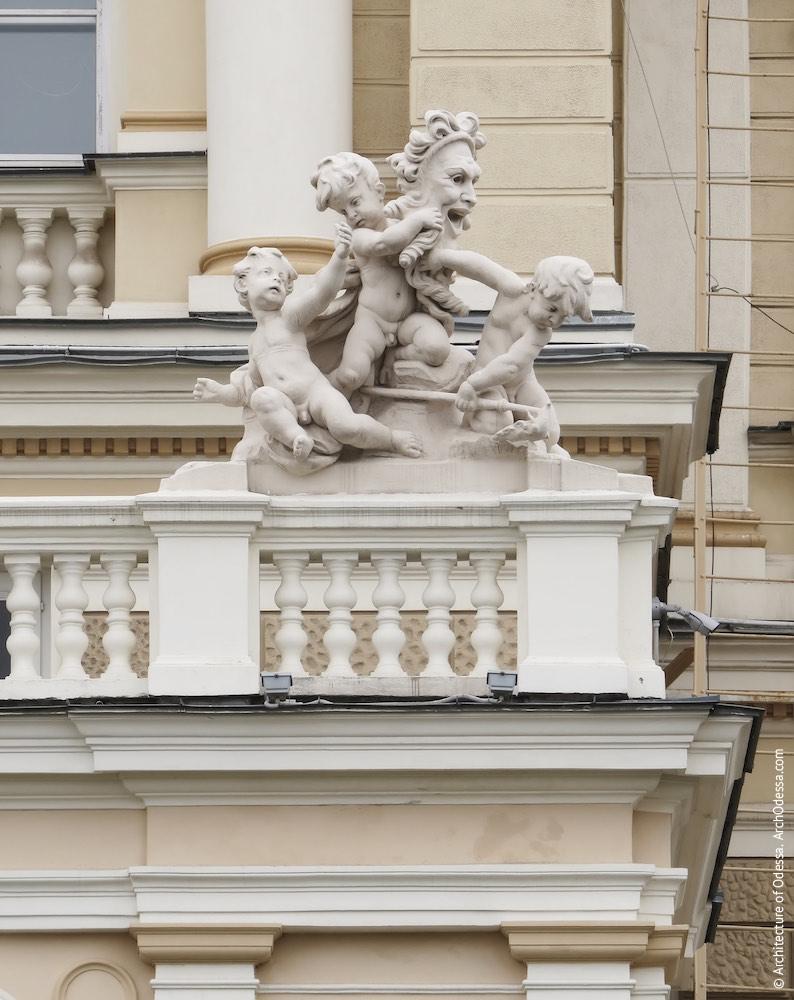 Одна из скульптурных групп