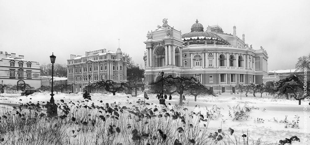 Общий вид театра и углового сквера Театральной площади по нечетной стороне Ришельевской