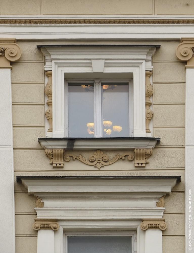 Окно четвертого этажа и сандрик над окном третьего