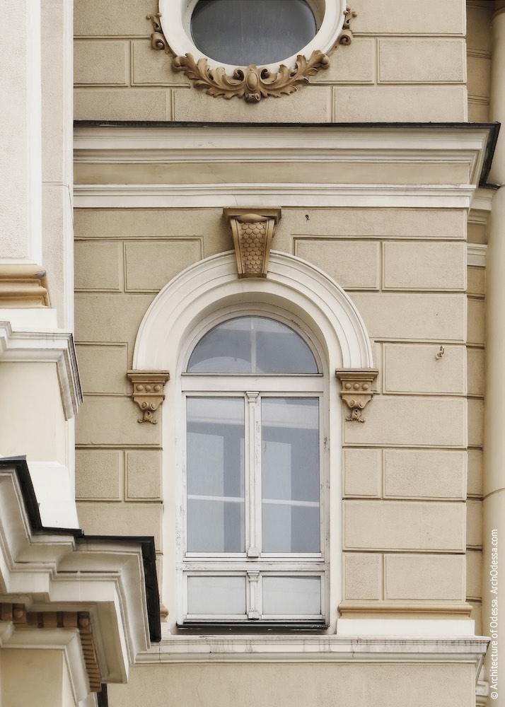 Одно из окон осей примыкающих к центральному порталу