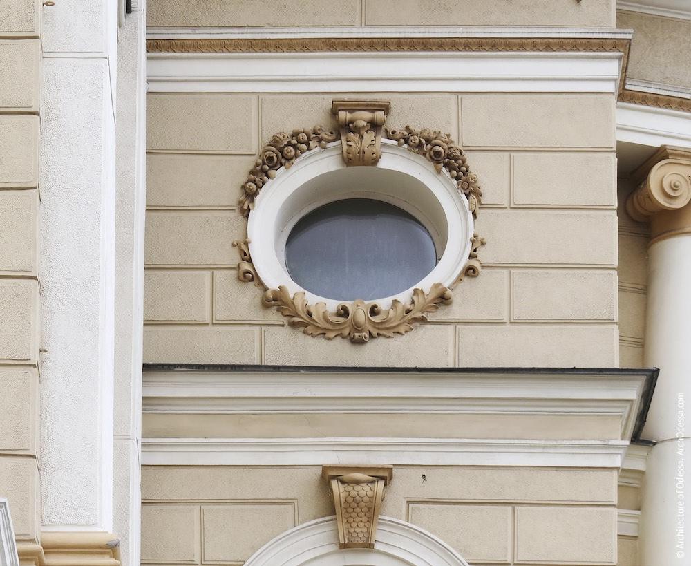 Верхнее световое окно оси у центрального портала
