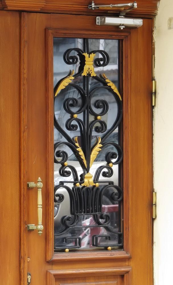 Вход в административную часть театра, решетка проема дверной створки
