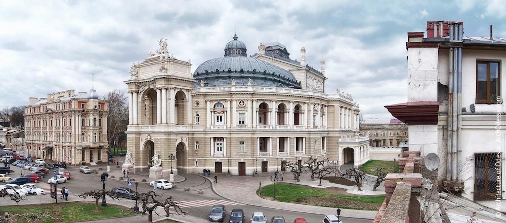 Общий вид театра и углового сквера Театральной площади по нечетной стороне Ришельевской с крыши крыла дома по Ланжероновской, 9