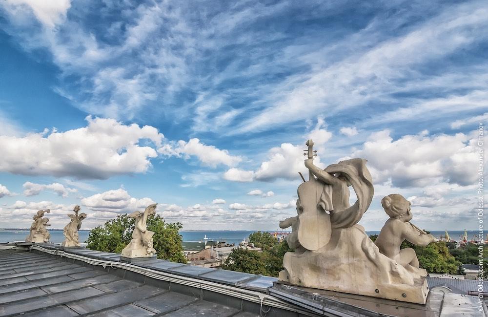Скульптурные группы, венчающие балюстраду над карнизом здания. Фото: А. Гиманов