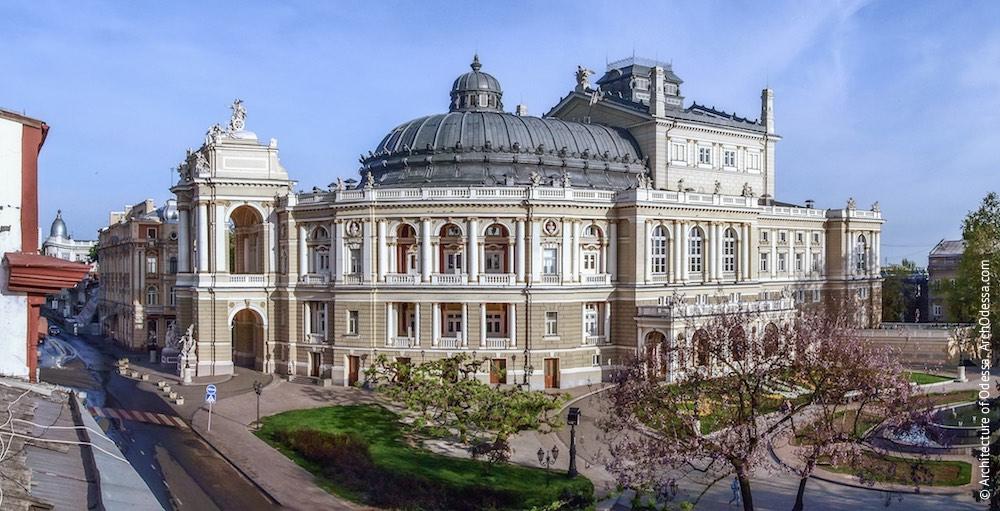 Общий вид театра с крыши дома на углу Ланжероновской и Пушкинской