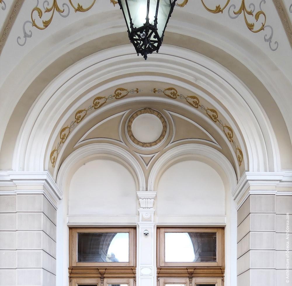 Полуциркульное обрамление, группирующее две входных двери